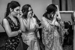 Bodas en Hervás, la boda de Laura y Carlos realizada por Johnny Garcia, fotógrafo de bodas en Extremadura, amigas de los novios emocionadas durante la ceremonia