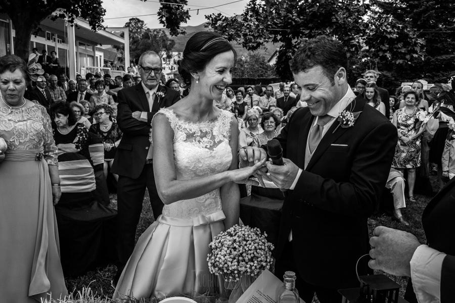 Bodas en Hervás, la boda de Laura y Carlos realizada por Johnny Garcia, fotógrafo de bodas en Extremadura, Carlos le pone el anillo a Laura