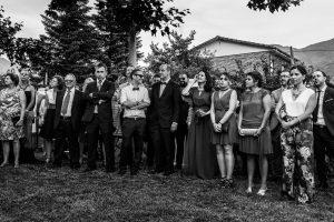 Bodas en Hervás, la boda de Laura y Carlos realizada por Johnny Garcia, fotógrafo de bodas en Extremadura, los amigos de la pareja durante la ceremonia