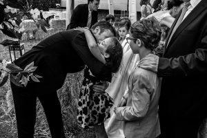Bodas en Hervás, la boda de Laura y Carlos realizada por Johnny Garcia, fotógrafo de bodas en Extremadura, Carlos abraza a una pequeña