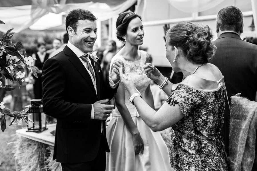 Bodas en Hervás, la boda de Laura y Carlos realizada por Johnny Garcia, fotógrafo de bodas en Extremadura, La pareja recibe la enhorabuena de una invitada