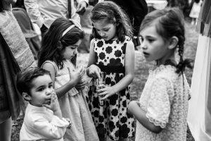Bodas en Hervás, la boda de Laura y Carlos realizada por Johnny Garcia, fotógrafo de bodas en Extremadura, los niños preparan el arroz