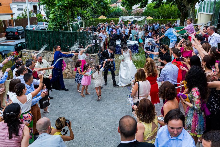Bodas en Hervás, la boda de Laura y Carlos realizada por Johnny Garcia, fotógrafo de bodas en Extremadura, los invitados lanzan arroz a la pareja