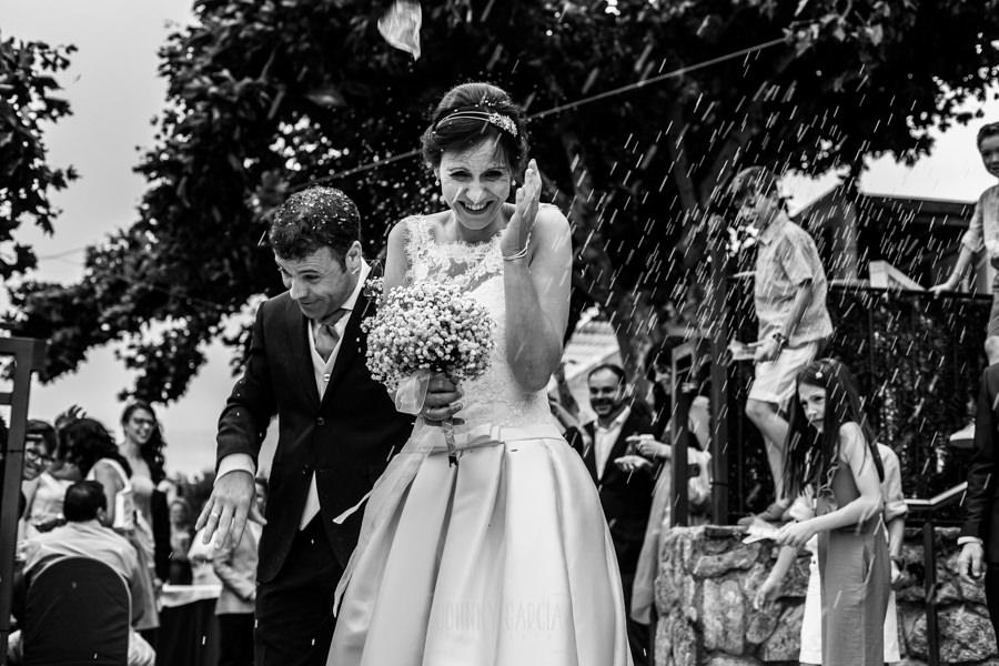 Bodas en Hervás, la boda de Laura y Carlos realizada por Johnny Garcia, fotógrafo de bodas en Extremadura, Laura y Carlos salen de la ceremonia esquivando el arroz