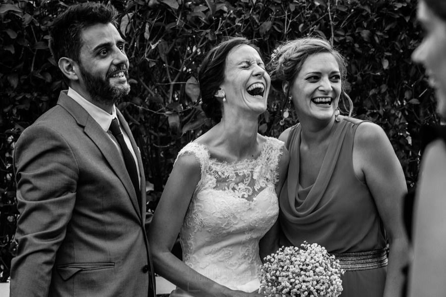 Bodas en Hervás, la boda de Laura y Carlos realizada por Johnny Garcia, fotógrafo de bodas en Extremadura, Laura sonríe con sus familia