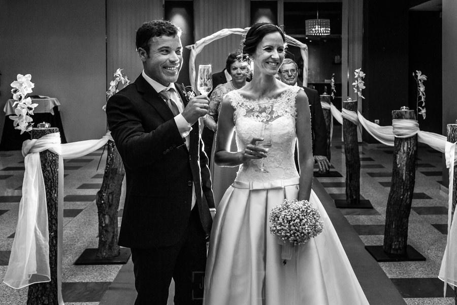 Bodas en Hervás, la boda de Laura y Carlos realizada por Johnny Garcia, fotógrafo de bodas en Extremadura, la pareja brinda antes de entrar a la cena