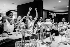 Bodas en Hervás, la boda de Laura y Carlos realizada por Johnny Garcia, fotógrafo de bodas en Extremadura, invitados levantan la mano cuando entra la pareja de novios