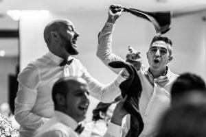 Bodas en Hervás, la boda de Laura y Carlos realizada por Johnny Garcia, fotógrafo de bodas en Extremadura, dos invitados cantan al entrar los novios