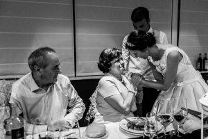 Bodas en Hervás, la boda de Laura y Carlos realizada por Johnny Garcia, fotógrafo de bodas en Extremadura, los padres de Laura se emocionan.