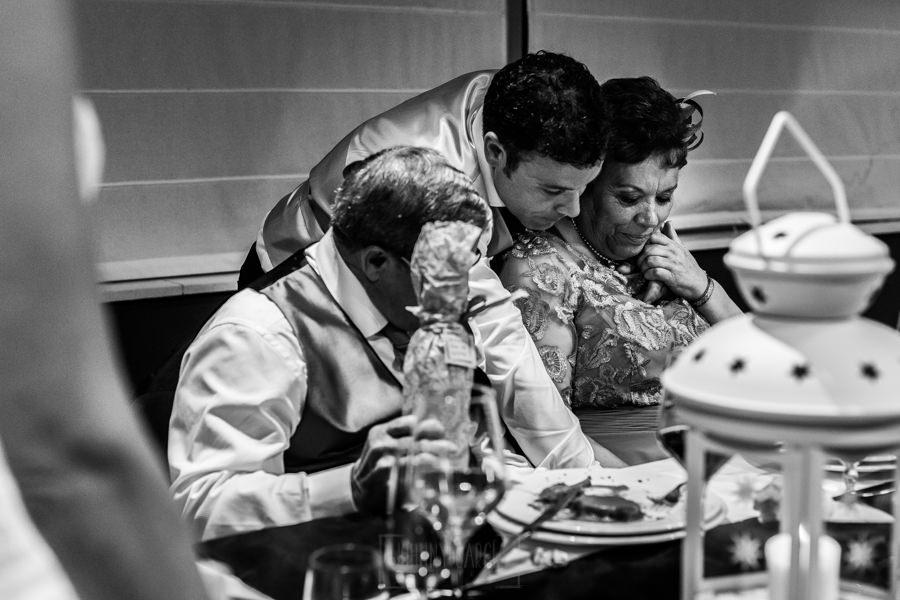 Bodas en Hervás, la boda de Laura y Carlos realizada por Johnny Garcia, fotógrafo de bodas en Extremadura, la madre de Carlos emocionada al recibir un regalo