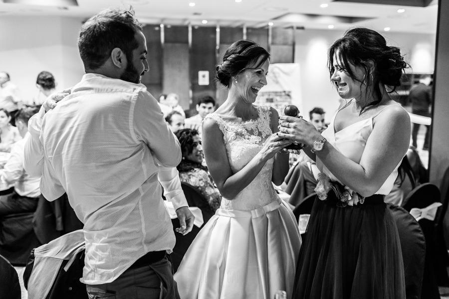 Bodas en Hervás, la boda de Laura y Carlos realizada por Johnny Garcia, fotógrafo de bodas en Extremadura, Laura y Carlos entregan los muñecos de la tarta a los próximos amigos que se casaran