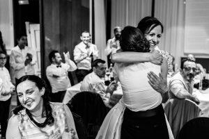 Bodas en Hervás, la boda de Laura y Carlos realizada por Johnny Garcia, fotógrafo de bodas en Extremadura, Laura le regala el ramo a una amiga