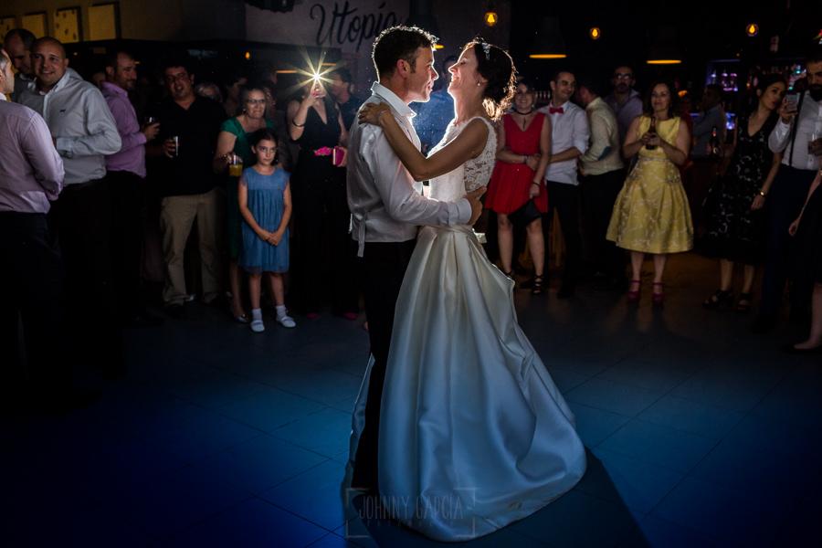 Bodas en Hervás, la boda de Laura y Carlos realizada por Johnny Garcia, fotógrafo de bodas en Extremadura, primer baile de los novios
