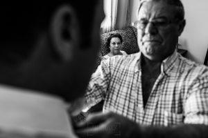 Bodas en Hervás, la boda de Laura y Carlos realizada por Johnny Garcia, fotógrafo de bodas en Extremadura, el padre de Carlos le coloca la corbata mientras su madre observa
