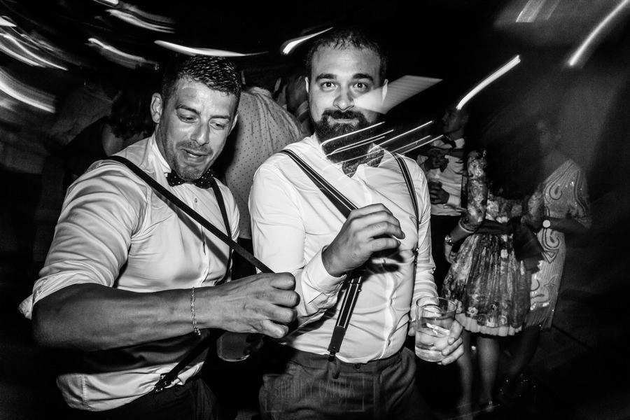 Bodas en Hervás, la boda de Laura y Carlos realizada por Johnny Garcia, fotógrafo de bodas en Extremadura, amigos en la fiesta