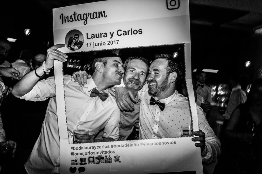 Bodas en Hervás, la boda de Laura y Carlos realizada por Johnny Garcia, fotógrafo de bodas en Extremadura, amigos posan durante la fiesta