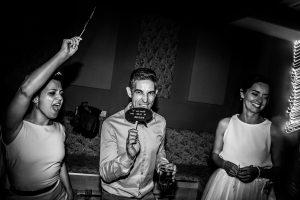 Bodas en Hervás, la boda de Laura y Carlos realizada por Johnny Garcia, fotógrafo de bodas en Extremadura, amigos de los novios bailando
