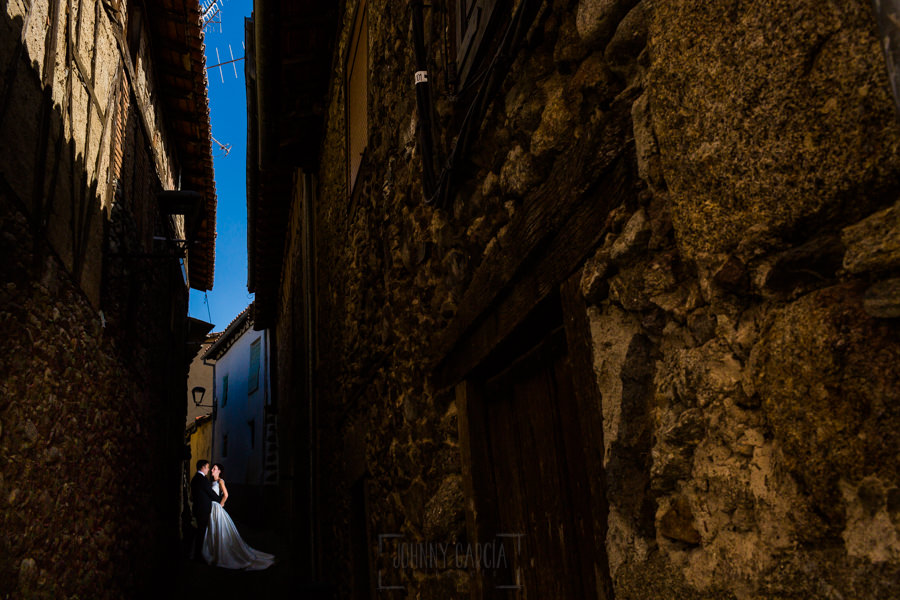 Bodas en Hervás, la boda de Laura y Carlos realizada por Johnny Garcia, fotógrafo de bodas en Extremadura, una foto de la pareja en el barrio judío de Hervás