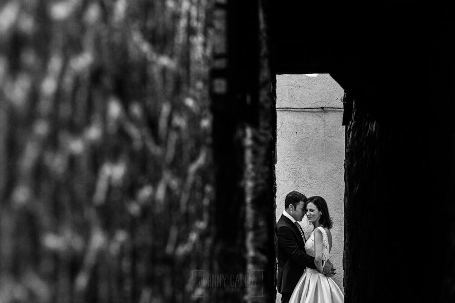 Bodas en Hervás, la boda de Laura y Carlos realizada por Johnny Garcia, fotógrafo de bodas en Extremadura, los novios en la calle más estrecha de España