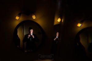 Bodas en Hervás, la boda de Laura y Carlos realizada por Johnny Garcia, fotógrafo de bodas en Extremadura, un retrato de Carlos en casa de sus padres en La Garganta.