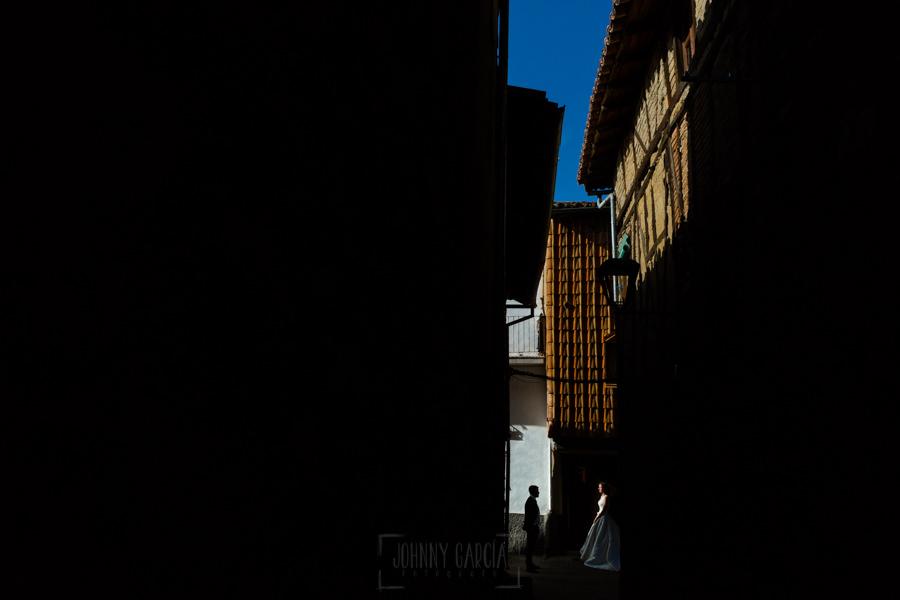 Bodas en Hervás, la boda de Laura y Carlos realizada por Johnny Garcia, fotógrafo de bodas en Extremadura, Una vista del barrio judío de Hervás con los novios