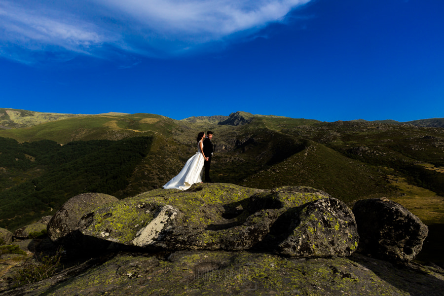 Bodas en Hervás, la boda de Laura y Carlos realizada por Johnny Garcia, fotógrafo de bodas en Extremadura, los novios en el paraje de la Muela