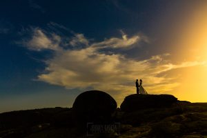Bodas en Hervás, la boda de Laura y Carlos realizada por Johnny Garcia, fotógrafo de bodas en Extremadura, los novios a contraluz