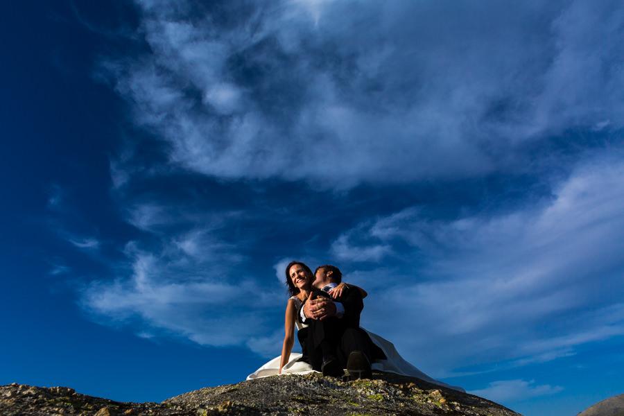 Bodas en Hervás, la boda de Laura y Carlos realizada por Johnny Garcia, fotógrafo de bodas en Extremadura, los novios se divierten en la sesión de postboda