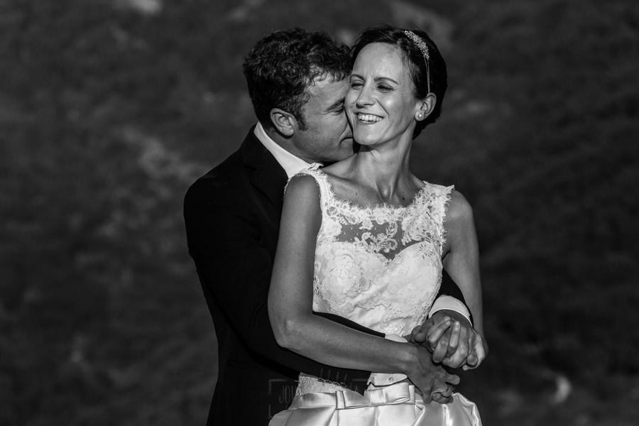 Bodas en Hervás, la boda de Laura y Carlos realizada por Johnny Garcia, fotógrafo de bodas en Extremadura, Carlos abraza a Laura