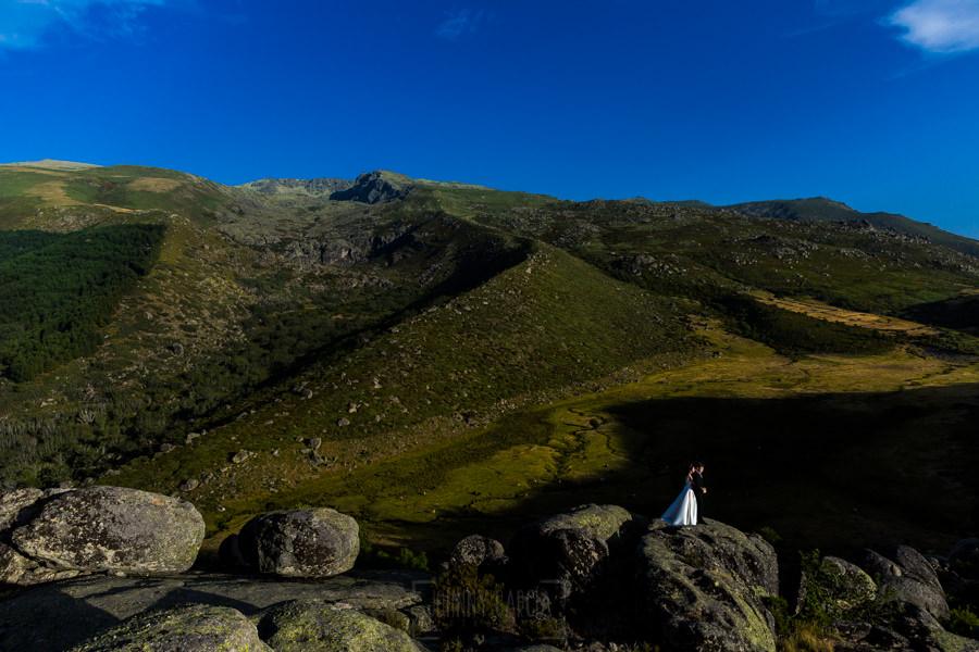 Bodas en Hervás, la boda de Laura y Carlos realizada por Johnny Garcia, fotógrafo de bodas en Extremadura, una vista de Hoyamoros detrás da los novios