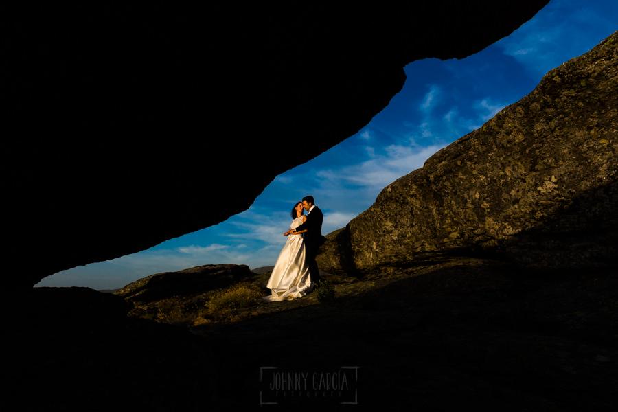 Bodas en Hervás, la boda de Laura y Carlos realizada por Johnny Garcia, fotógrafo de bodas en Extremadura, los novios disfrutan de las fotos de su boda