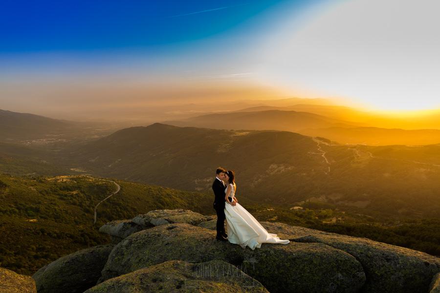 Bodas en Hervás, la boda de Laura y Carlos realizada por Johnny Garcia, fotógrafo de bodas en Extremadura, los novios contemplan el Valle del Amboz