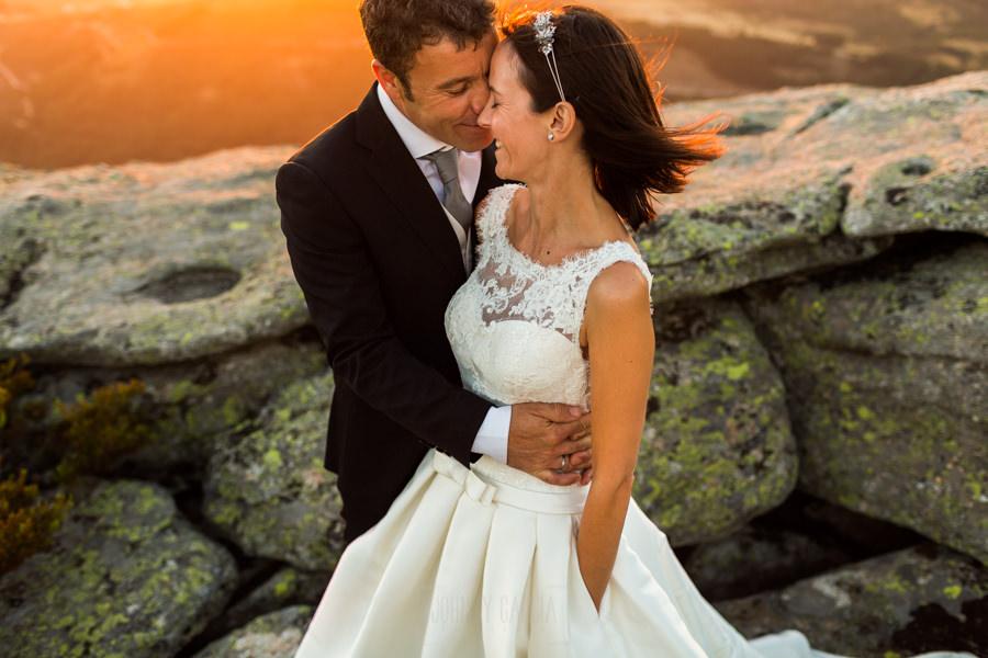 Bodas en Hervás, la boda de Laura y Carlos realizada por Johnny Garcia, fotógrafo de bodas en Extremadura, un retrato de los novios al atardecer