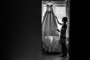Bodas en Hervás, la boda de Laura y Carlos realizada por Johnny Garcia, fotógrafo de bodas en Extremadura, Laura con su vestido de novia