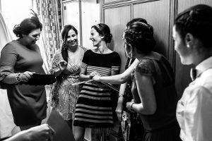 Bodas en Hervás, la boda de Laura y Carlos realizada por Johnny Garcia, fotógrafo de bodas en Extremadura, Laura junto a sus amigas.