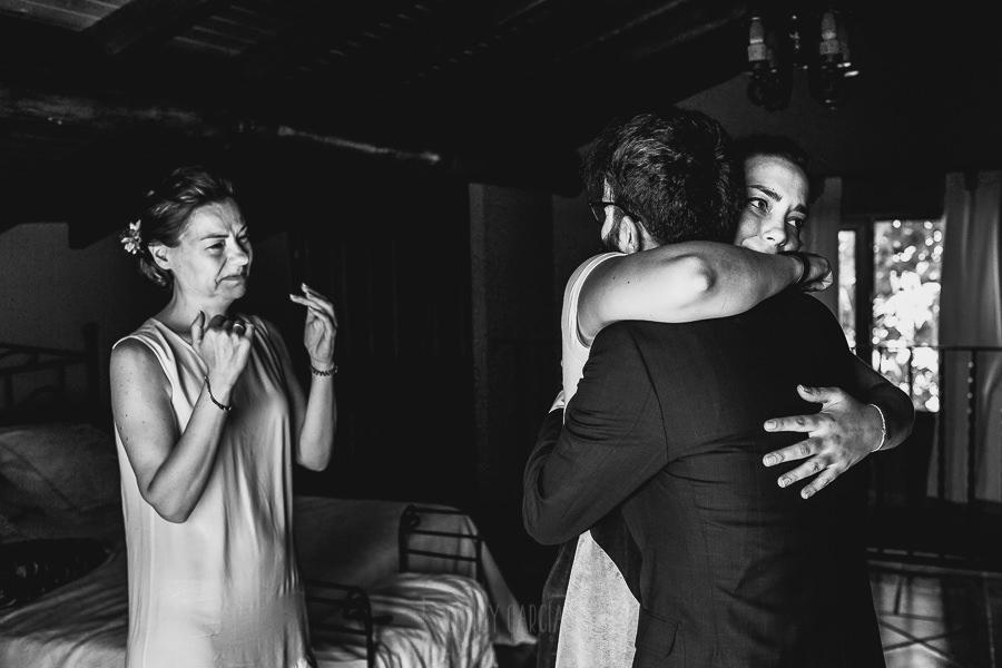 Boda en Puerto de Béjar de Ani y Hécter realizada por el fotógrafo de bodas en el Rincón de Castilla Johnny García, Salamanca; la hermana del novio le abraza.