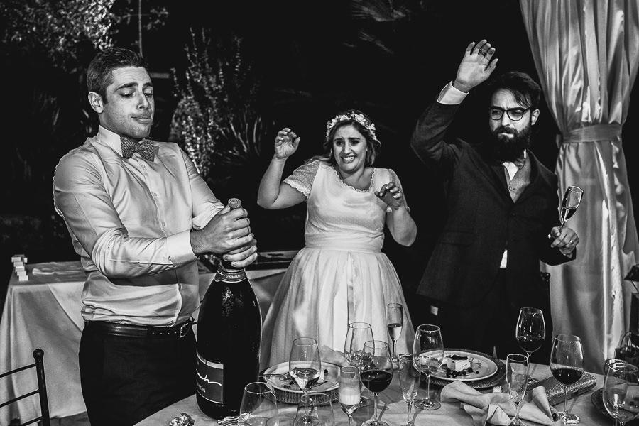 Boda en Puerto de Béjar de Ani y Hécter realizada por el fotógrafo de bodas en el Rincón de Castilla Johnny García, Salamanca; momento de brindar con cava.