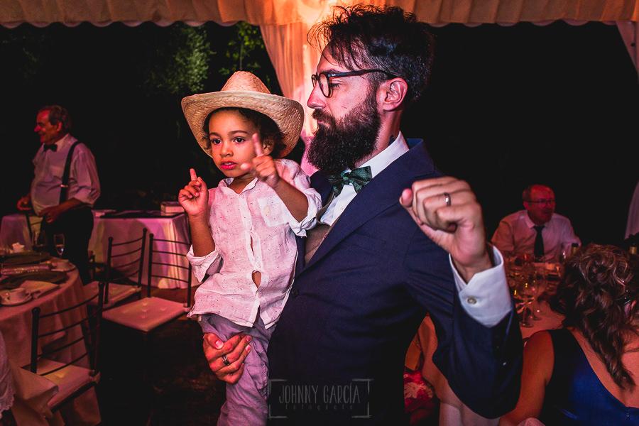 Boda en Puerto de Béjar de Ani y Hécter realizada por el fotógrafo de bodas en el Rincón de Castilla Johnny García, Salamanca; el novio baila con uno de los niños de la boda.