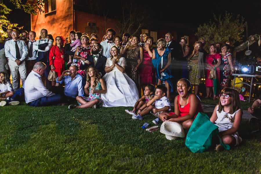 Boda en Puerto de Béjar de Ani y Hécter realizada por el fotógrafo de bodas en el Rincón de Castilla Johnny García, Salamanca; proyeción del video de agradecimiento.
