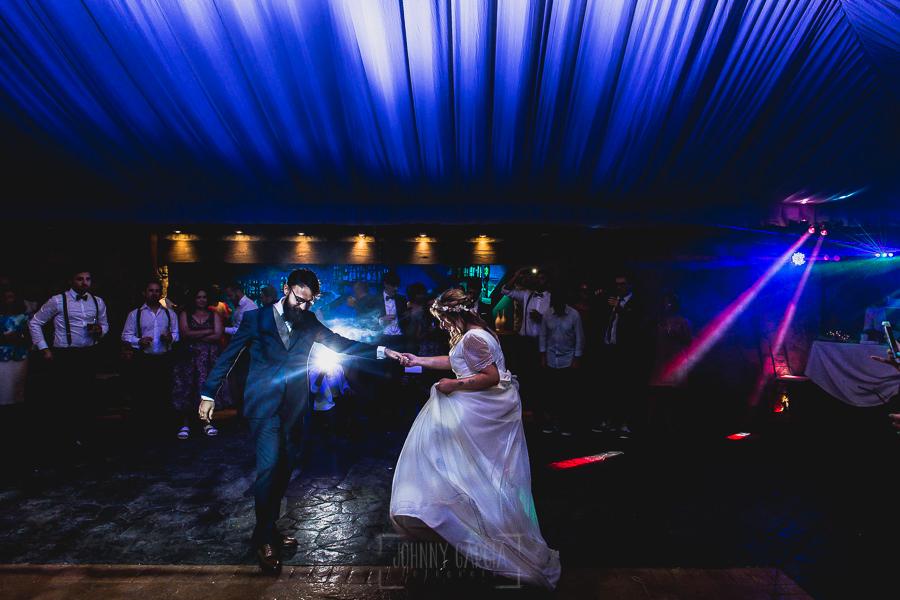 Boda en Puerto de Béjar de Ani y Hécter realizada por el fotógrafo de bodas en el Rincón de Castilla Johnny García, Salamanca; baile de los novios.