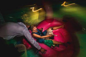Boda en Puerto de Béjar de Ani y Hécter realizada por el fotógrafo de bodas en el Rincón de Castilla Johnny García, Salamanca; momento piscina en la fiesta.