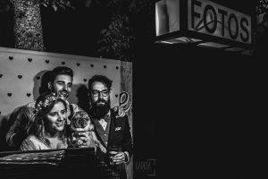 Boda en Puerto de Béjar de Ani y Hécter realizada por el fotógrafo de bodas en el Rincón de Castilla Johnny García, Salamanca; Photocall con los novios.