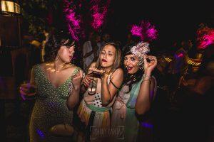 Boda en Puerto de Béjar de Ani y Hécter realizada por el fotógrafo de bodas en el Rincón de Castilla Johnny García, Salamanca; las amigas bailan en la fiesta.