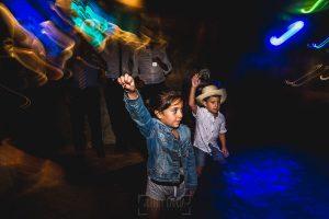Boda en Puerto de Béjar de Ani y Hécter realizada por el fotógrafo de bodas en el Rincón de Castilla Johnny García, Salamanca; pequeños de fiesta.