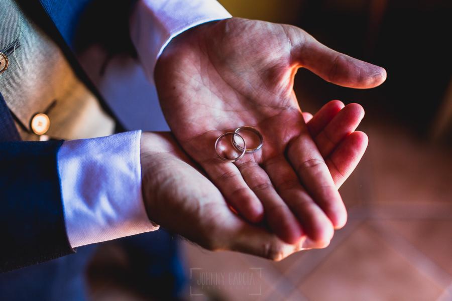 Boda en Puerto de Béjar de Ani y Hécter realizada por el fotógrafo de bodas en el Rincón de Castilla Johnny García, Salamanca; detalle de los anillos en las manos del novio