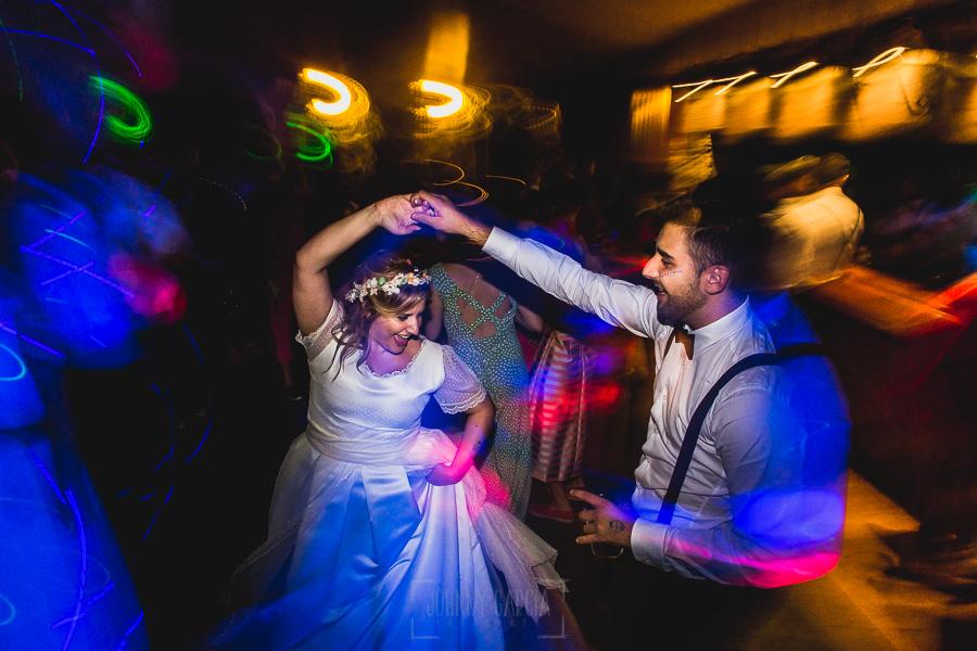 Boda en Puerto de Béjar de Ani y Hécter realizada por el fotógrafo de bodas en el Rincón de Castilla Johnny García, Salamanca; el hermano en la fiesta.
