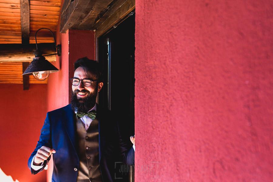 Boda en Puerto de Béjar de Ani y Hécter realizada por el fotógrafo de bodas en el Rincón de Castilla Johnny García, Salamanca; el novio sonríe mientras saluda a invitados.