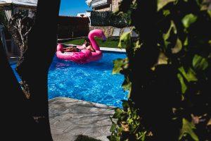 Boda en Puerto de Béjar de Ani y Hécter realizada por el fotógrafo de bodas en el Rincón de Castilla Johnny García, Salamanca; El novio salta al flamenco de la piscina.