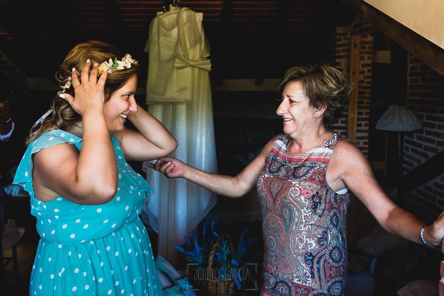 Boda en Puerto de Béjar de Ani y Hécter realizada por el fotógrafo de bodas en el Rincón de Castilla Johnny García, Salamanca; Ani le muestra su corona de flores a su madre.