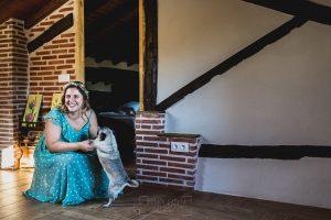 Boda en Puerto de Béjar de Ani y Hécter realizada por el fotógrafo de bodas en el Rincón de Castilla Johnny García, Salamanca; ani junto a Bartola
